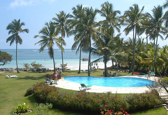 Genießen Sie den Pool und den Strand des Hotels.
