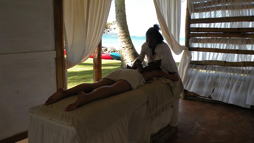 Genießen Sie eine Massage in Ihrem Zimmer oder am Strand.