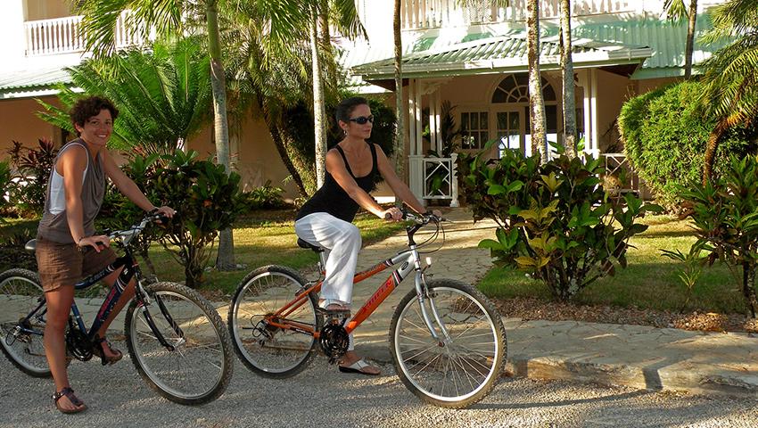 Sortez à bicyclette au village ou autour de la baie (bicyclettes gratuites).
